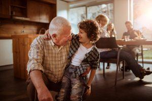 Saiba mais sobre a importância do convívio social para crianças e idosos